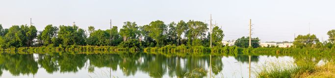 O dente reto interrompido da estrada de ferro tem um lago bonito pequeno que corre ao lado dele fotografia de stock royalty free