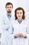 O dentista e seu assistente estão sempre prontos para ajudar Foto de Stock