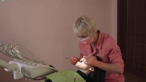 O dentista examina e cura os dentes filme
