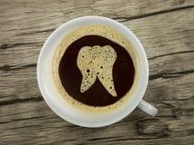 O dentista oferece o café Imagens de Stock