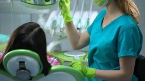 O dentista termina procedimentos e dando ao paciente algum conselho para os dentes importa-se filme