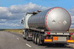 O depósito de combustível vai na estrada foto de stock royalty free
