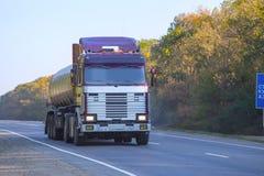 O depósito de combustível vai na estrada Imagem de Stock Royalty Free