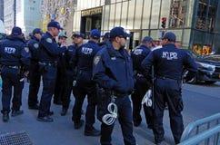 O departamento da polícia de New York City fornece a segurança para a torre do trunfo Fotografia de Stock Royalty Free