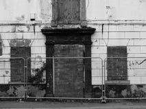 O Derelict abandonou a casa na rua que espera a demolição imagem de stock royalty free