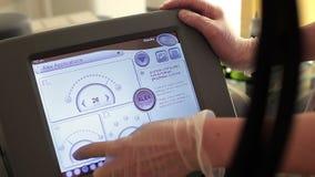 O dermatologista do doutor ajusta o laser do alexandrite vídeos de arquivo