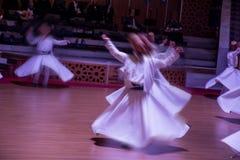 O dervixe girando Semazen de Sufi dança em Konya Turquia fotografia de stock