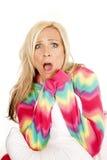 O descanso louro dos pijamas da cor da mulher senta assustado Imagem de Stock