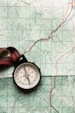 O desejo por viajar e explora o conceito, compasso velho que encontra-se no mapa, parte superior vi fotos de stock