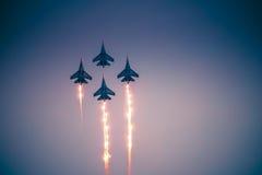 O desempenho dos aviões do russo Knights imagem de stock royalty free