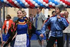 O desempenho dos músicos e dos dançarinos do conjunto nacional Sudarushka do cossaco do russo Imagem de Stock Royalty Free