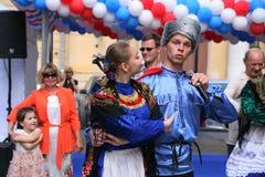 O desempenho dos músicos e dos dançarinos do conjunto nacional Sudarushka do cossaco do russo Fotografia de Stock Royalty Free