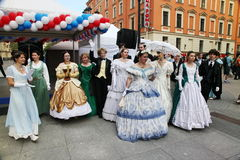 O desempenho dos promotores e dos dançarinos do conjunto de personalidade histórica Viva do traje e da dança Foto de Stock