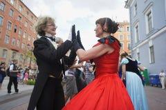 O desempenho dos promotores e dos dançarinos do conjunto de personalidade histórica Viva do traje e da dança Fotos de Stock Royalty Free