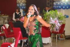 O desempenho na atriz de fase e no cantor da diva clássica Larisa Lusta do cruzamento do russo Imagens de Stock Royalty Free