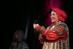 O desempenho na fase do cantor popular nacional do babkina do nadezhda das músicas do russo e da música do russo do teatro Imagens de Stock