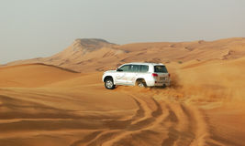 O desengate do deserto de Dubai no carro off-road Fotos de Stock Royalty Free