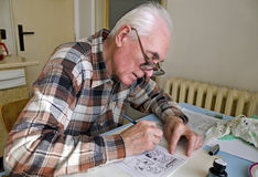 O desenhador de desenhos animados idoso foto de stock