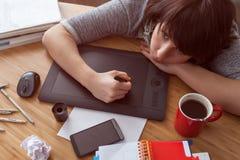 O desenhista caucasiano da menina tira com tabuleta Fotos de Stock