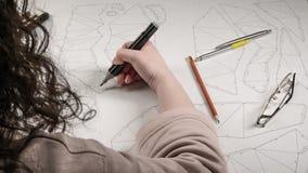 O desenhista fêmea faz um desenho de trabalho Local de trabalho de um desenhista do brinquedo Os marcadores, a régua, a pena e o  fotos de stock royalty free