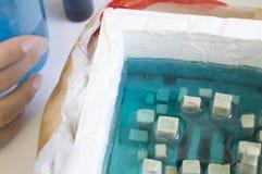 O desenhista mestre derrama a resina em um molde imagens de stock royalty free