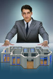 O desenhista que trabalha no projeto futurista do apartamento 3d Imagens de Stock Royalty Free