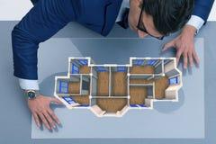 O desenhista que trabalha no projeto futurista do apartamento 3d Foto de Stock