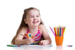 O desenho bonito da menina da criança escreve em uma almofada de esboço Imagens de Stock