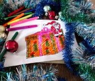 O desenho da criança de Santa Claus com um presente Foto de Stock