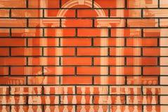 O desenho da posição da menina entre dois pontos em uma parede de tijolo fotos de stock royalty free
