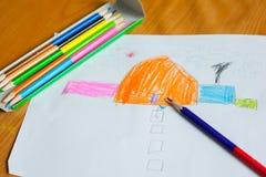 O desenho e a pintura das crianças Fotos de Stock