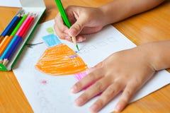 O desenho e a pintura das crianças Fotografia de Stock