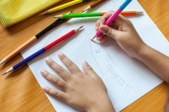 O desenho e a pintura das crianças Imagem de Stock