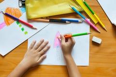 O desenho e a pintura das crianças Foto de Stock Royalty Free