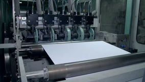 O desenrolamento do papel para cortar o tamanho direito 2 vídeos de arquivo
