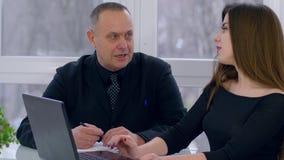 O desenvolvimento de negócios, executivo empresarial superior com trabalho da senhora no computador e fala entre si video estoque