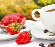 O deserto da galdéria do café significa a torta e o Decaf da morango imagens de stock