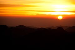 O deserto de Sinai com areia e o sol aumentam em dezembro com montanhas a Imagem de Stock Royalty Free