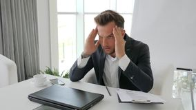 O desespero de conclui do contrato, failing do executivo novo, esforço do negócio do chefe do escritório no trabalho, vídeos de arquivo