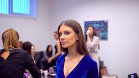 O desfile de moda, funcionamento do visagist, fazendo o profissional compõe, de bastidores cara bonita do modelo fêmea da menina  vídeos de arquivo