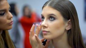 O desfile de moda, funcionamento do visagist, fazendo o profissional compõe, de bastidores cara bonita do modelo fêmea da menina  filme