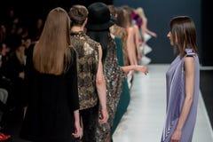 O desfile de moda Pierre Cardin na semana de moda de Moscou com amor para o Queda-inverno 2016/2017 de Rússia Foto de Stock