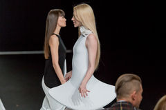 O desfile de moda Pierre Cardin na semana de moda de Moscou com amor para o Queda-inverno 2016/2017 de Rússia Imagem de Stock