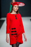 O desfile de moda Pierre Cardin na semana de moda de Moscou com amor para Rússia Foto de Stock