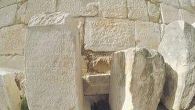 O deslocamento do foco ao longo da língua latino do texto gravado de pedra antigo filme