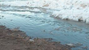 O desperdício é drenado no rio Sandy Beach e gelo no rio vídeos de arquivo