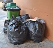 O desperdício diário é recolhido e separado em pilhas do saco fotografia de stock