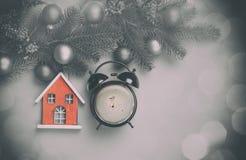 O despertador com a casa do café e do brinquedo com pinho ramifica Imagens de Stock