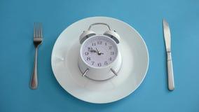 O despertador na placa, adere ao tempo da dieta, nutrição apropriada, disciplina, close up foto de stock royalty free