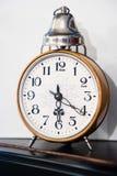 O despertador no estilo retro mostra ao tempo vinte seis passados Imagens de Stock Royalty Free